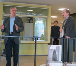 Yhdistyksen julkaisutoimikunnan puheenjohtajana toimiva Pertti Grönholm (oik.) valotti teoksen taustoja ja Veikko Laakso puhui sotakorvausteollisuuden käynnistymisestä.